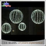 A corda da esfera do diodo emissor de luz ilumina luzes de Natal branco ao ar livre da decoração