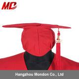 La promotion a décoré le bleu marine brillant de chapeau de graduation