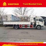 Sinotruk 4X2のトラックによって取付けられるクレーン容量を持ち上げる5トン