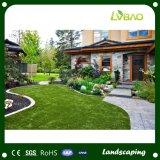 사용된 자연적인 보는 합성 뗏장 매트를 정원사 노릇을 하기
