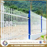 電流を通された装飾用の金属の庭の塀