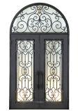 Exterior de la puerta de hierro forjado con luces laterales