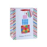La ropa de moda del cumpleaños calza la bolsa de papel del regalo del supermercado del juguete