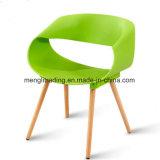 Пластиковый стул обставлены деревянной ногой