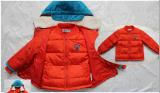 O casaco de inverno de duas peças para menino com bocal amovível
