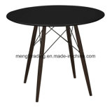 Art, die Stuhl mit den hölzernen Tisch-Metallbeinen grau speist