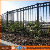 粉の上塗を施してある錬鉄の庭の塀のパネル
