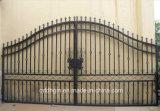 Puerta emparedada del hierro labrado del jardín