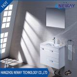 جدار يعلى [بفك] بيضاء غرفة حمّام تفاهة مع مرآة
