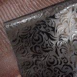 真黒衣服の靴のための花によって浮彫りにされるPUののどの革