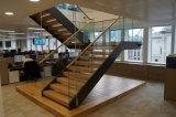 Escadarias de aço do projeto moderno com o passo da madeira de carvalho para o sotão