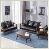 Домашняя ног вид в разрезе древесины охватывает диван с видом на озеро синего цвета подушки сиденья