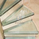 Paso de progresión y vidrio de Galss que cercan la escalera con barandilla espiral