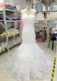 Сделанный портной подгоняет платье венчания конструкции