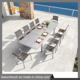 Jardim de lazer situado a mobília do pátio com uma mesa e cadeira extensível