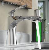 デッキによって取付けられるカスケードの洗面器のミキサーの滝の洗面器のコック