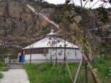 Familie verwendetes grosses im FreienYurt Zelt für das Kampieren