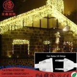 屋外の点滴注入のクリスマスの装飾の暖かく白いつららライトをつけるLED