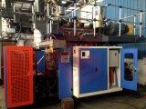 El maniquí plástico modela la imagen que hace la máquina