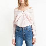 肩の長い袖党シャツのボタンの偶然の上のピンクのブラウスを離れて