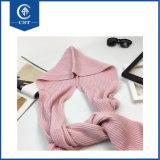 女性のための合接された帽子が付いている冬の暖かく美しいピンクのスカーフ