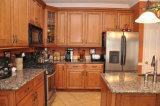 現代贅沢によってカスタマイズされる白いキャビネットの台所