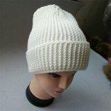 Protezione lavorata a maglia delle donne del cappello con il grande cappello del Beanie di POM