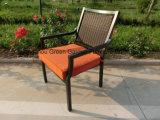 Conjunto de jantar de mobiliário de jardim de pátio com mesa de cerâmica e cadeira de vime