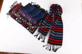 ふさは羊毛アクリルの冬の方法人の女性の男女の暖かいスカーフを縞で飾る