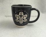 砂吹きのマグ、刻まれたマグ、刻まれたロゴの陶磁器のマグ