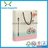 Kundenspezifischer netter Papierhandbeutel mit Firmenzeichen druckte