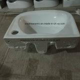 Les petites toilettes Lavabo, de style britannique, couleurs mur accroché lavabo