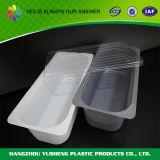 使い捨て可能なアイスクリームの容器を詰めるペットフード