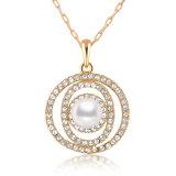 水晶が付いている真珠のネックレスのあたりで結婚する優雅な様式