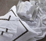 綿は白いホテルの寝具の装飾のトリムが付いている一定のシーツを漂白した