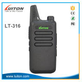 Type tenu dans la main talkie-walkie de fréquence ultra-haute