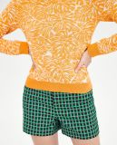 Frauen schließen diagonale Knit-Strickjacke mit rundem Ausschnitt kurz