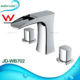 Salle de bains blanc et le bassin de chute d'eau du robinet en plaqué or