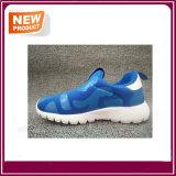 工場卸し売り子供の男の子および女の子のための歩きやすい通気性の偶然の靴