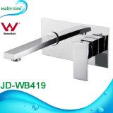 Salle de bains de filigrane monté au mur du bassin de lavage des mains du robinet