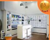 I vetri memorizzano la decorazione interna, vetrina degli occhiali da sole di marca