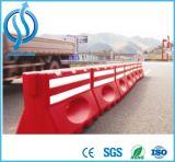 De soplado de rojo y blanco de la barrera de carretera
