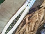 La lavande a flairé le cintre avec la bride de fixation complétée par coton
