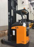 O caminhão de Forklift elétrico do alcance senta-se sobre