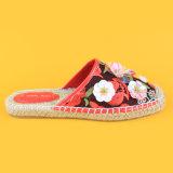 Scarpe di tela neutre piane della trasparenza dei pistoni del fiore rosso delle donne
