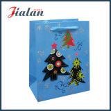 El árbol de navidad modifica la bolsa de papel para requisitos particulares impresa insignia del diseño del día de fiesta del regalo