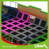 Sicurezza felice del gioco promessa zona dell'interno del trampolino con il corso di Ninja