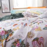 El Duvet casero del lecho del dormitorio de la materia textil cubre las hojas de base