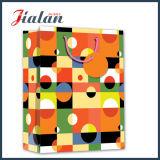 O projeto colorido cada dias personaliza o saco de papel com corda da fita