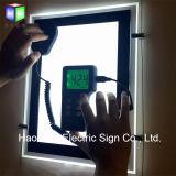 Lado dobro do teto que pendura a caixa leve acrílica do diodo emissor de luz para o sinal do indicador dos bens imobiliários